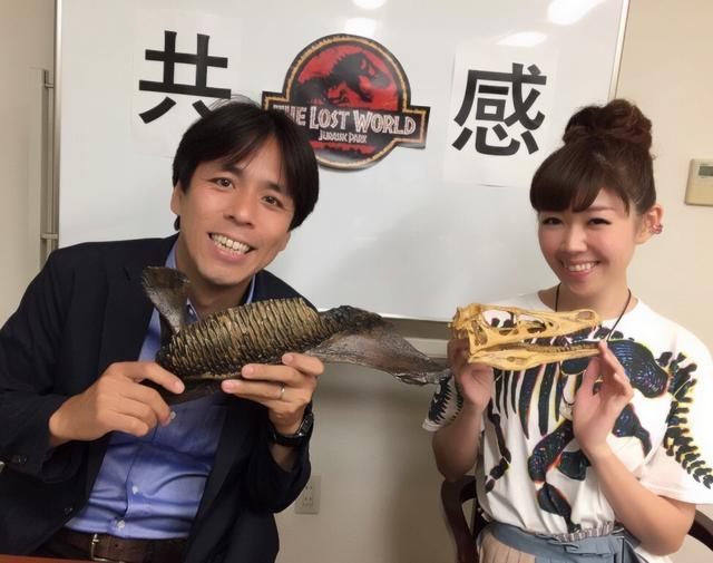 画像: 解説用に映画に出てくる恐竜の化石レプリカ(パラサウロロフスの下顎、ヴェロキラプトル頭骨)を持って行きました!
