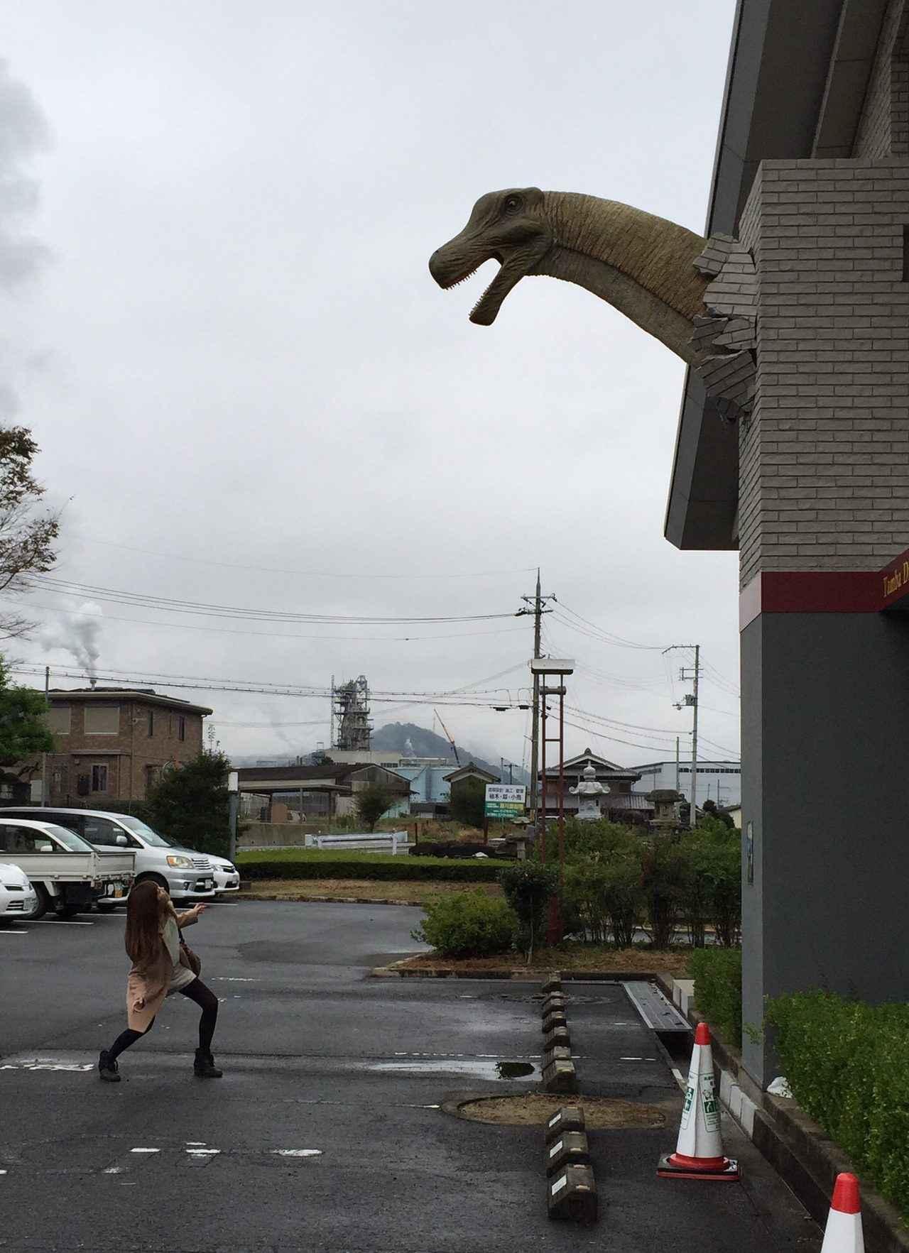 画像: 建物から出てきた丹波竜に驚く生田晴香