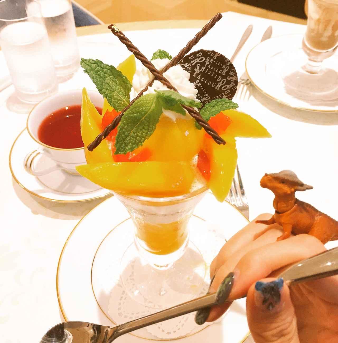 画像: パフェを食べようとするスティギー