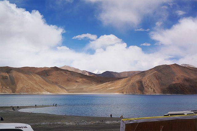 """画像1: この世のものとは思えない、""""青い絶景""""パンゴンツォ湖へ! インド映画『きっと、うまくいく』ロケ地めぐりレポ"""