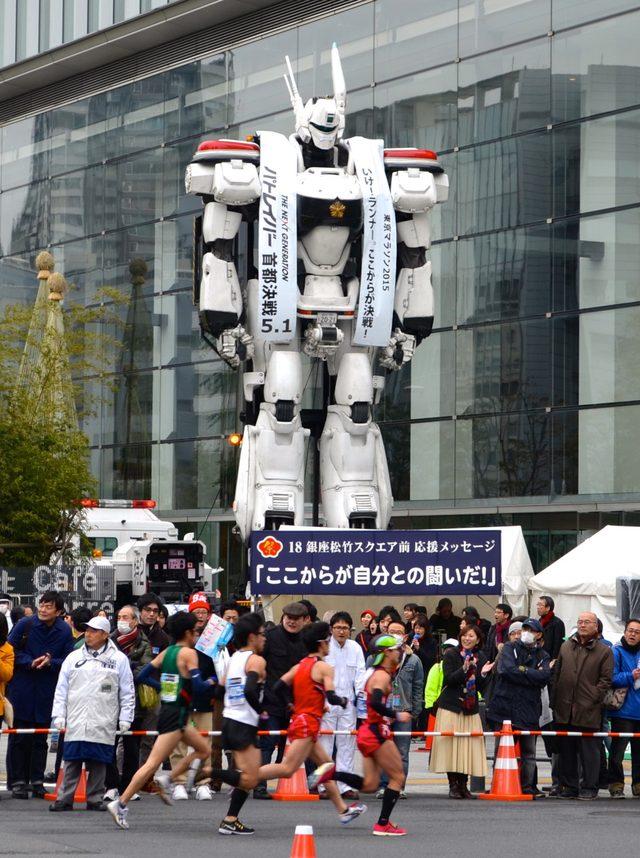 画像: 全長約8メートルの実物大イングラム、東京マラソンを応援するもランナーに気付かれず?