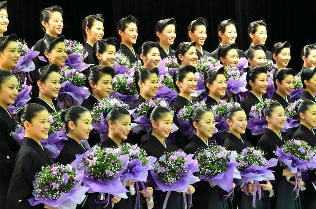 画像: 卒業生の紋付きはかま姿が眩しい!清く正しく羽ばたく 宝塚音楽学校の101期生卒業
