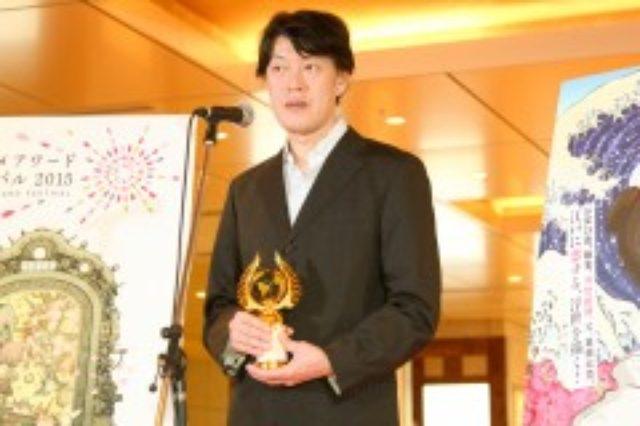 画像: 特別賞のアニメドールを受けた原恵一監督