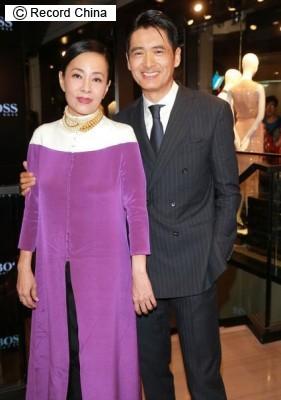 画像: 3月4日、香港の俳優チョウ・ユンファの最新作「澳門風雲2」が大ヒットし、パート3の製作も決定。「まだまだ稼ぐ」とネット上では羨望の声が聞かれる。写真はチョウ・ユンファ夫妻。