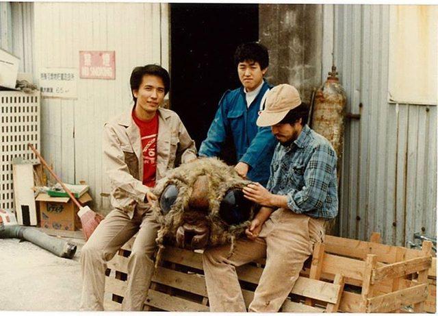 画像: 東宝撮影所で特美(特撮美術)倉庫の大掃除に駆り出された…1984年。 親モスラを処分するというので名残を惜しんで記念撮影。親モスラの頭と。 (c)仁科 秀昭-cinefil.asia