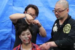画像: ゾンビメイクを指導する特殊造型アーティストの西村喜廣(左)