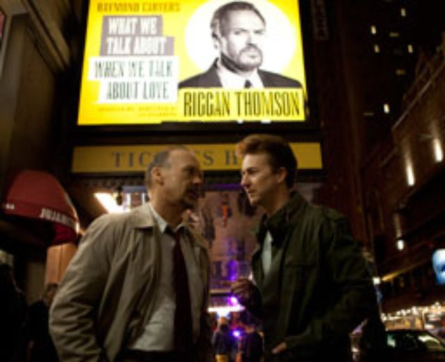 画像: かつてヒーロー映画『バードマン』で一世を風靡(ふうび)した、俳優リーガン・トムソン(マイケル・キートン)は、落ちぶれた今、自分が脚色を手掛けた舞台「愛について語るときに我々の語ること」に再起を懸けていた。 しかし、降板した俳優の代役としてやって来たマイク・シャイナー(エドワード・ノートン)の才能が、リーガンを追い込む。さらに娘サム(エマ・ストーン)との不仲に苦しみ、リーガンは舞台の役柄に、自分自身を投影し始め……。