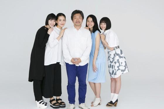 画像: 是枝監督と四姉妹 http://www.cinematoday.jp/page/N0072511
