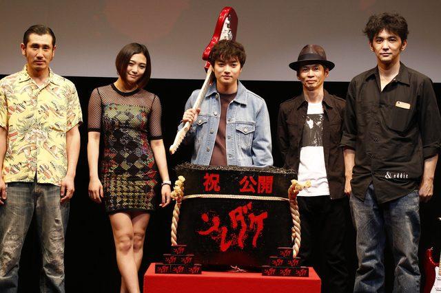 画像: ギターで鏡割り!!!映画『ソレダケ / that's it』初日 染谷将太が本気で「この映画こそ、映画館で--エネルギーを感じて欲しい」と語る