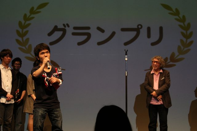 画像: 喜びの中村祐太郎監督と審査員大林宣彦監督