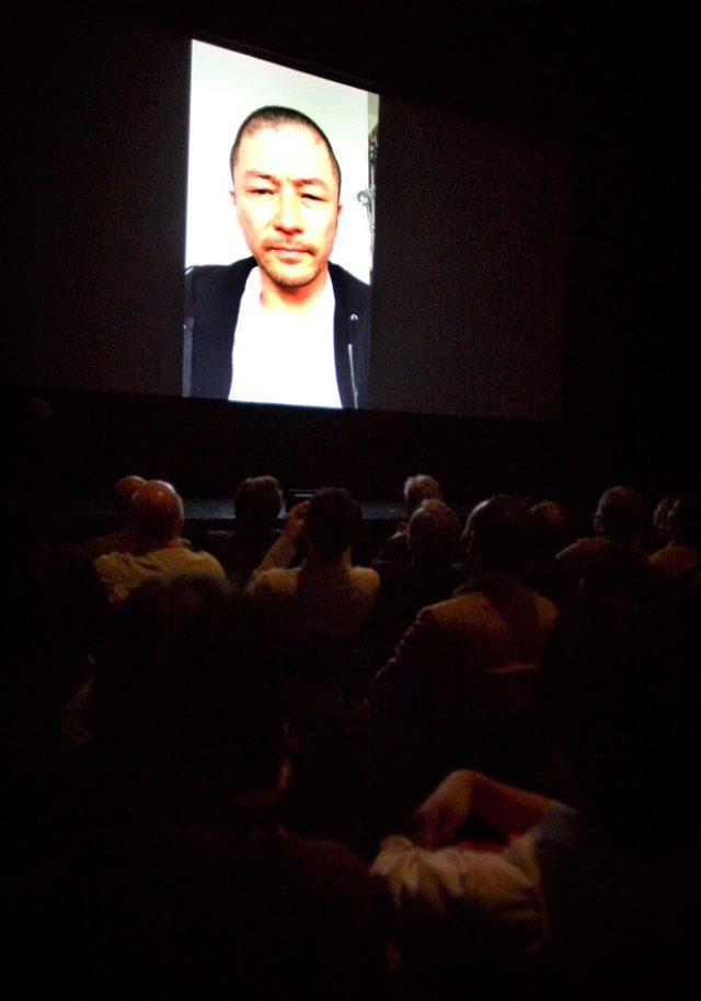 画像: ビデオレターで欠席を詫びながら、受賞挨拶をする浅野忠信 http://news.walkerplus.com/article/59496/