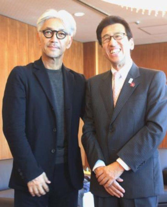 画像: 札幌市の秋元克広市長(右)を表敬訪問し、記念撮影する坂本龍一さん=29日午後、札幌市役所 http://www.47news.jp/CN/201505/CN2015052901001673.html