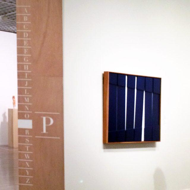 画像: 奥の部屋「Plinth:台座」を示す間仕切り壁の小口面。右手は「Oliginal:オリジナル」の項目に含まれる「トロウッド:斎藤義重」「No Museum, No Life? ―これからの美術館事典 国立美術館コレクションによる展覧会」@東京国立近代美術館  ©cinefil.asia