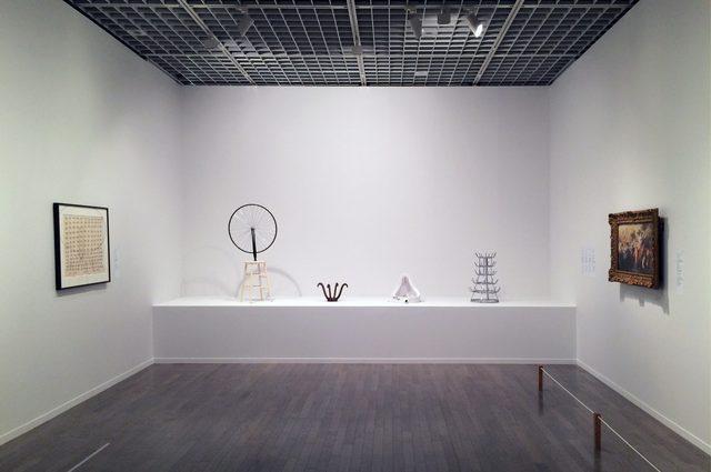 画像: 左手にマルセル・ブロータースの「署名、シリーズ1」、中央にマルセル・デュシャンの「レディメイド」、右手に「ピエール・オーギュスト・ルノワールによるルーベンス作品の模写」©cinefil.asia