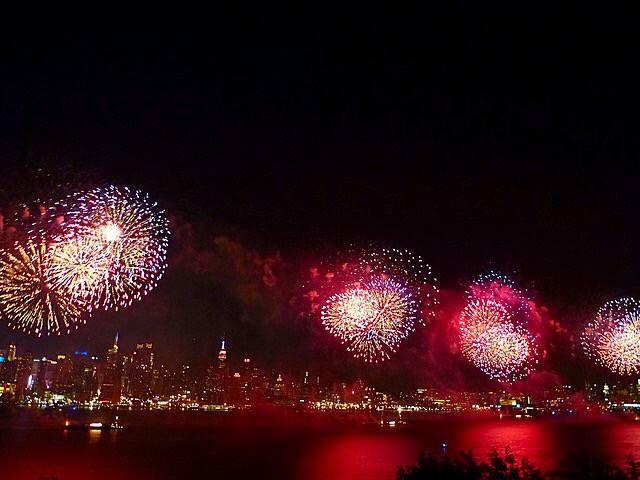 画像: ニューヨークの夏の大イベント 独立記念日 花火大会 - Petite New York