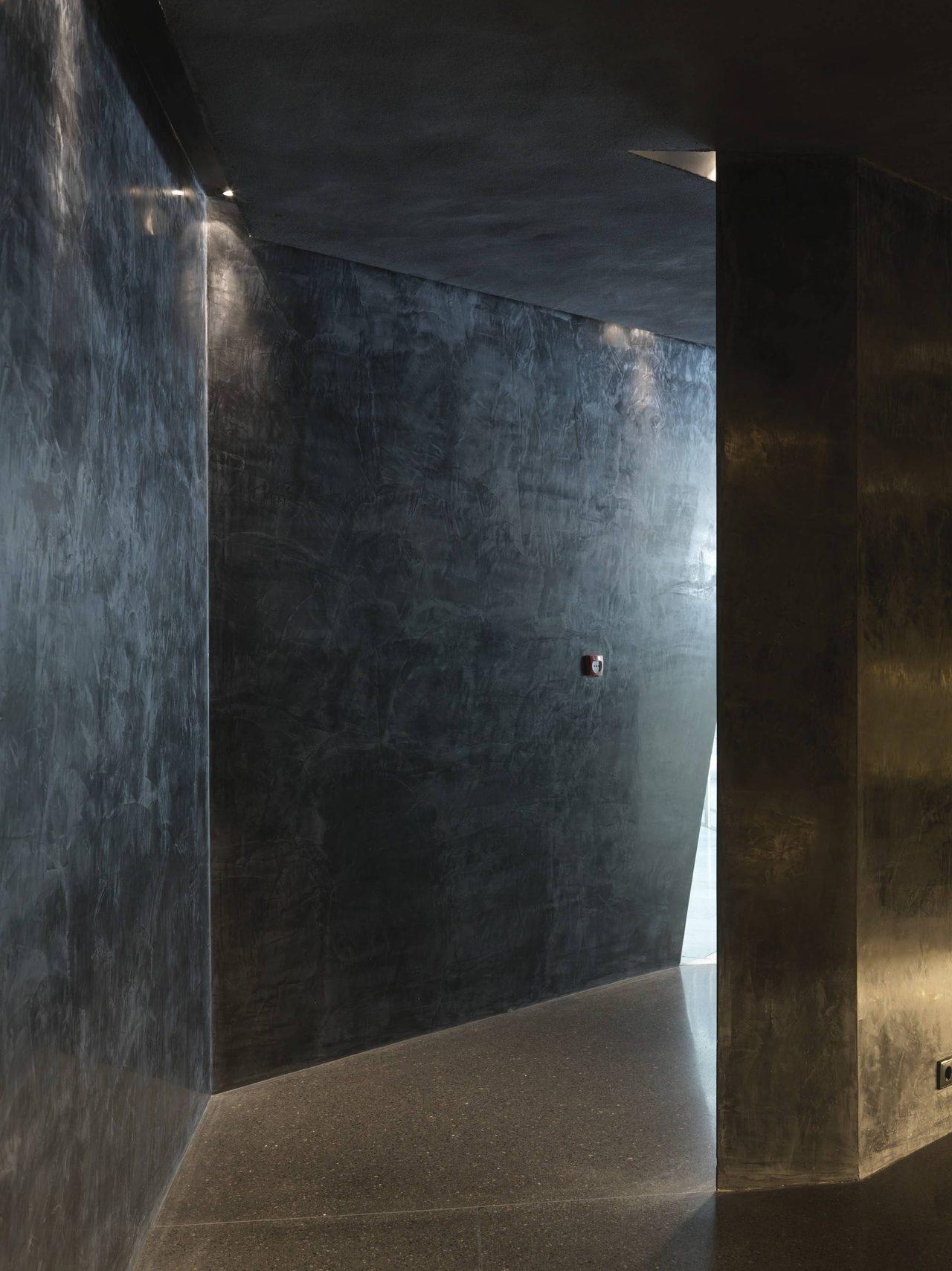 画像: トイレの重くミステリアスな空間©Jiri Havran snohetta.com