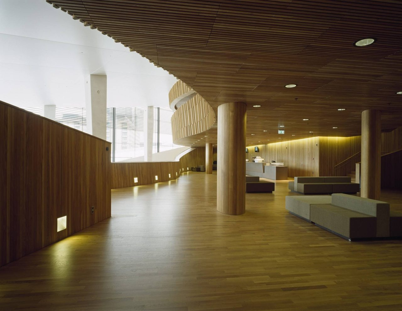 画像: メインホールに連なるギャラリー。カーブした壁がつくる空間に休憩スペースが設けられる。©Jiri Havran snohetta.com
