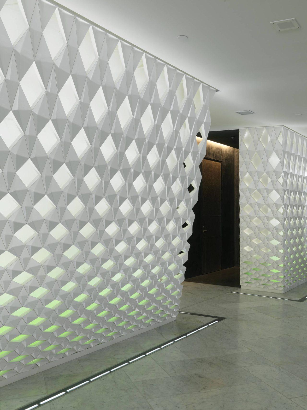 画像: クロークからトイレの入口を見る。壁面デザインはOlafur Eliasson(オラファー・エリアソン)©Jiri Havran snohetta.com