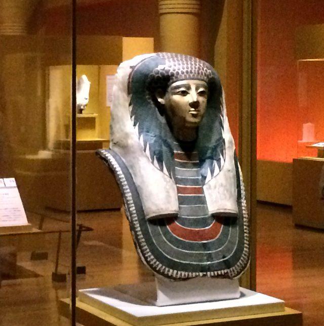 画像: (「王妃のマスク」(C)cinefil art review ミイラの頭部を覆っていたマスクです。布と漆喰とを交互に重ねて固め、それに彩色を施してあります。 新王国・第18王朝時代(前1550~前1292年頃) マンチェスター博物館(イギリス)所蔵