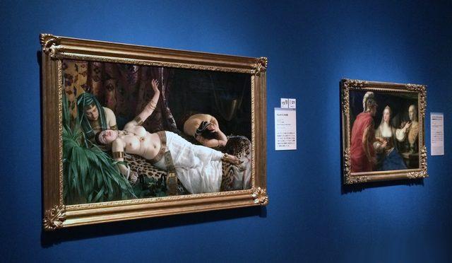 画像: 左「クレオパトラの死 」アッキーレ・グリセンティ筆 1878~1879年 ブレシア市立美術(イタリア)館蔵、右「オクタウィアヌスにカエサルの胸像を示すクレオパトラ」ポンペオ・ジローラモ・バトーニ筆 1755年か ディジョン美術館(フランス)所蔵   (C)cinefil art review