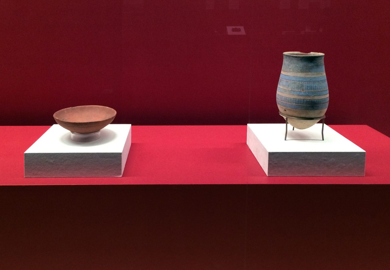 画像: 左「鉢」と右「壺」 グラーブで出土。新王国・第18~19王朝時代(前1550~前1186年頃) マンチェスター博物館(イギリス)所蔵  (C)cinefil art review