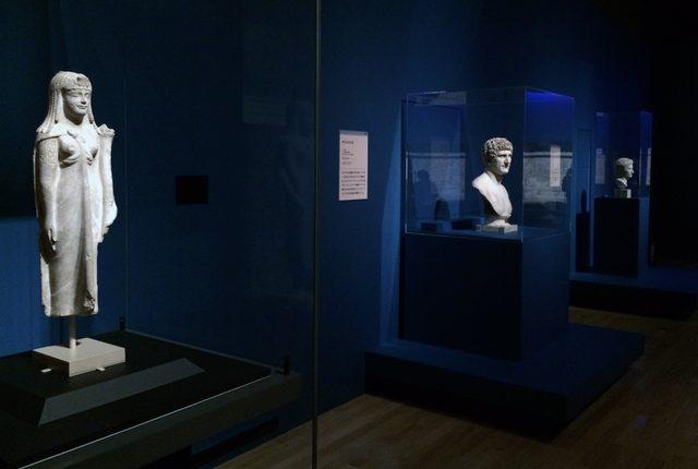 画像: 左に「クレオパトラ」 出土地不詳 プトレマイオス朝時代(前200~前30年頃) メトロポリタン美術(アメリカ)所蔵、右に「アントニウス」の胸像 ローマ時代(後1世紀頃) ヴァチカン美術館(ヴァチカン市国)所蔵    (C)cinefil art review