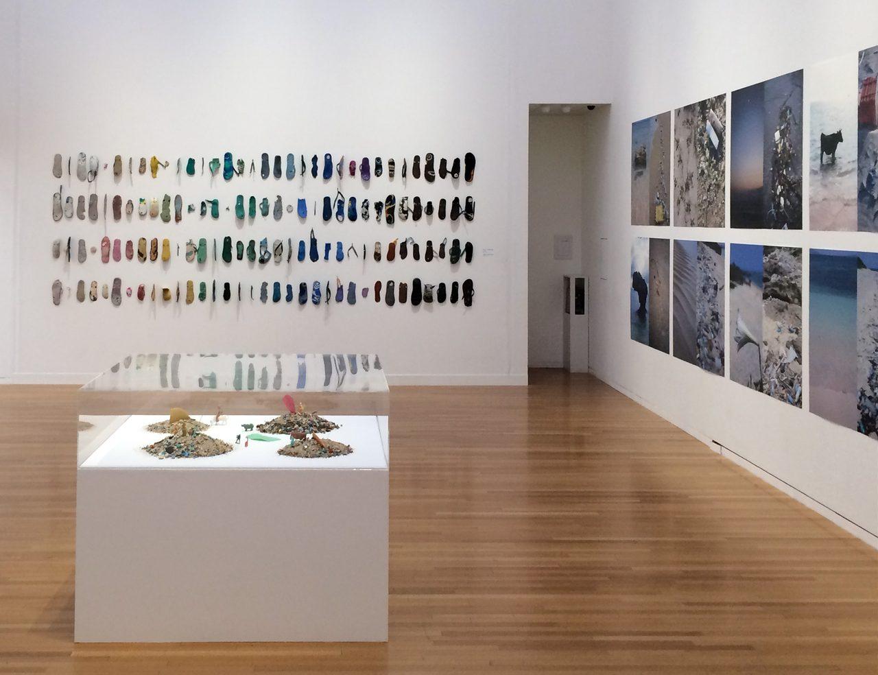 画像: 奥の壁面に架けられているのはビーチサンダル(C)cinefil art review
