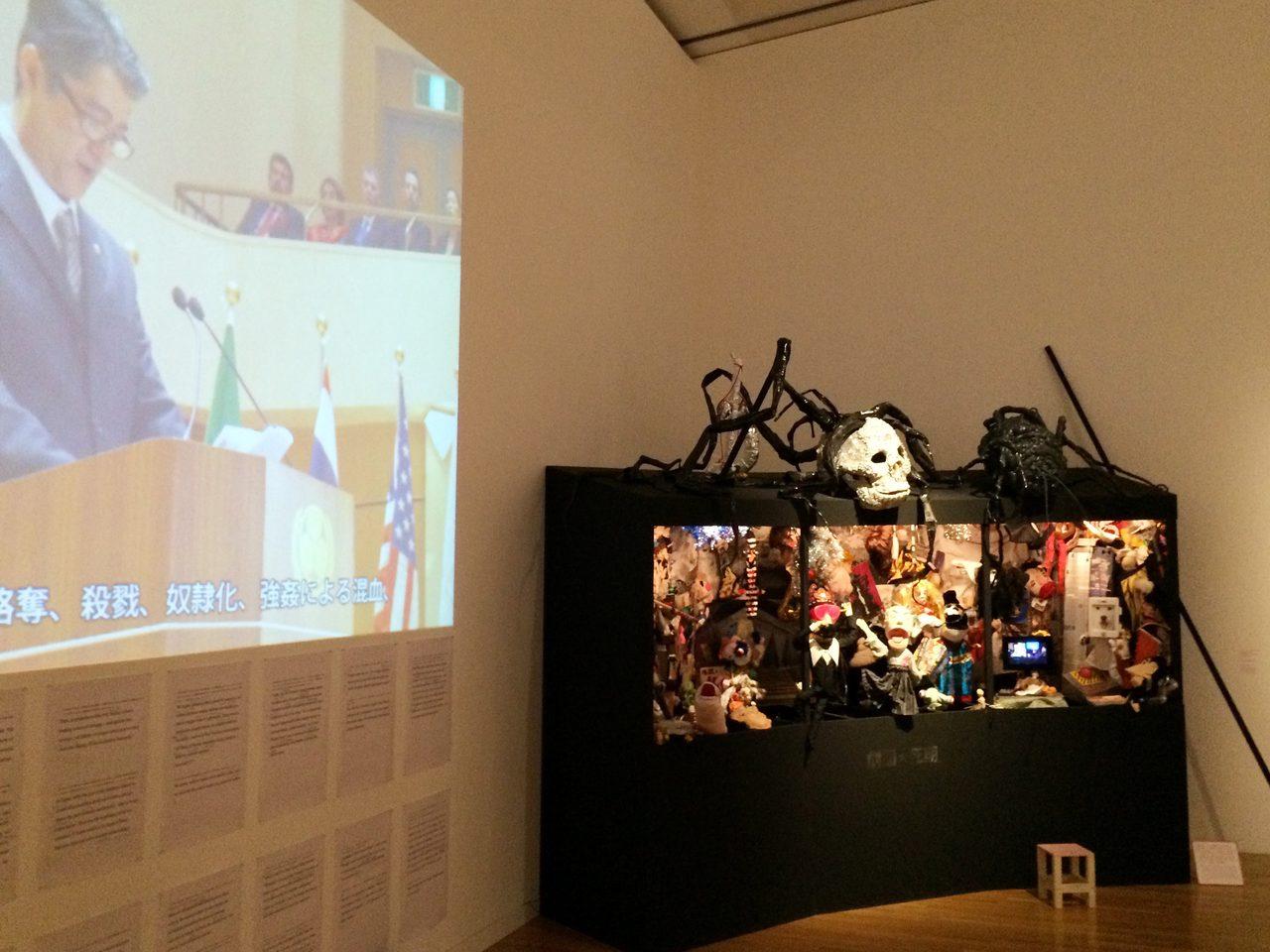 画像: 左手の映像が、ビデオ作品「国際会議で演説をする日本の総理大臣と名乗る男のビデオ」(C)cinefil art review
