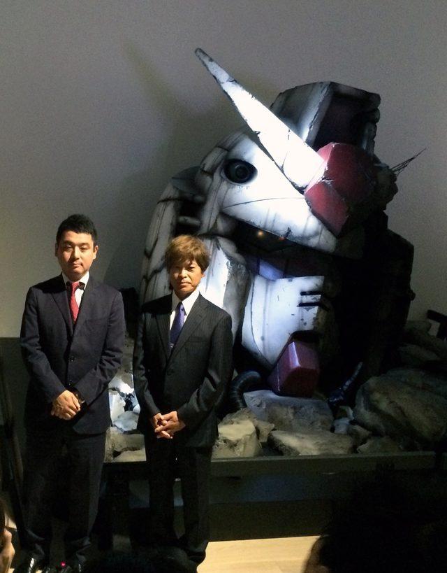 画像: 等身大ガンダムヘッドの前に並ぶ、左、佐々木新氏と右、古谷徹氏 photo(C)cinefil art review