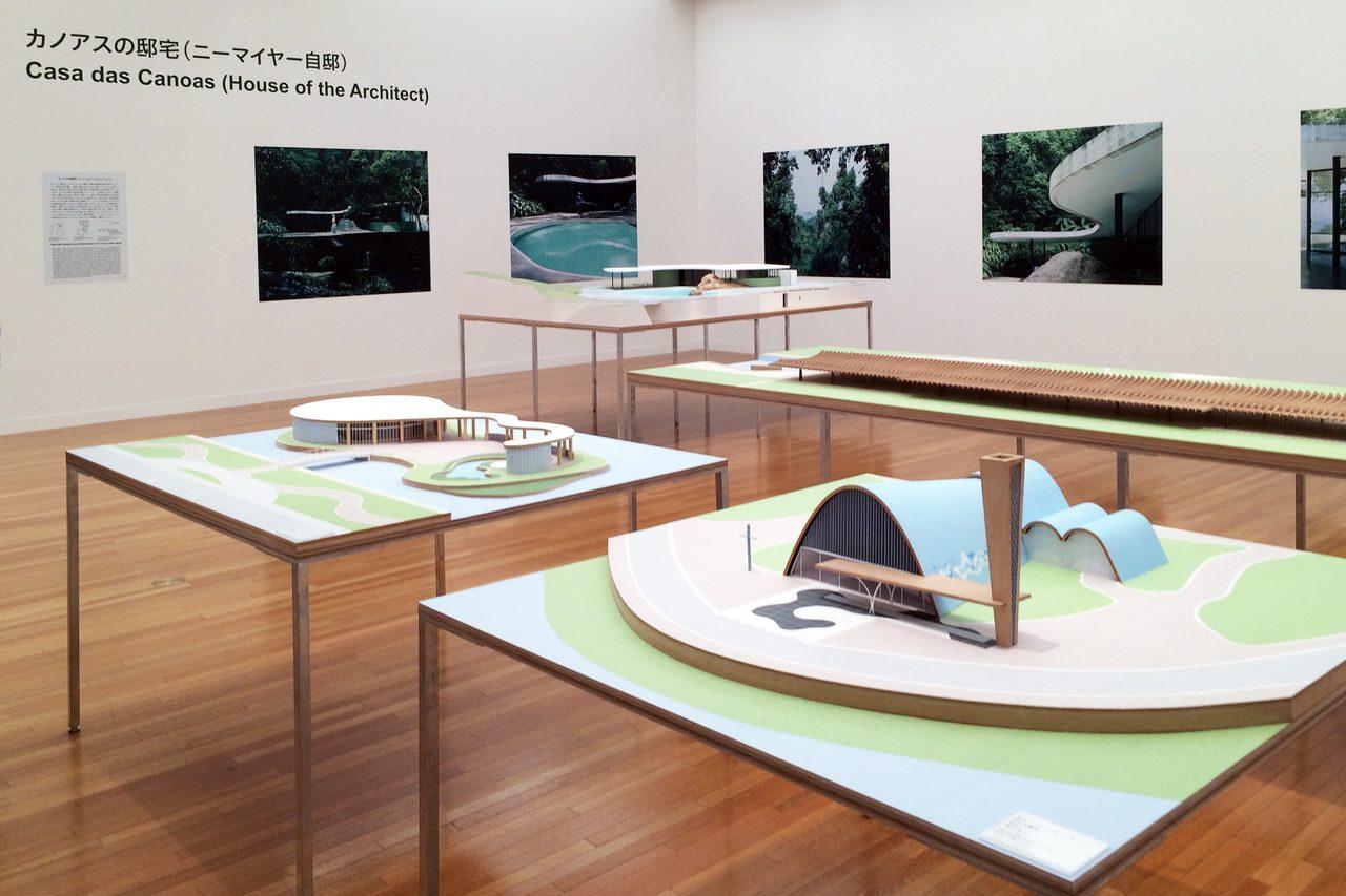 画像: 手前の3つが「パンピューラ・コンプレックス」、奥はカノアスの邸宅(C)cinefil art review