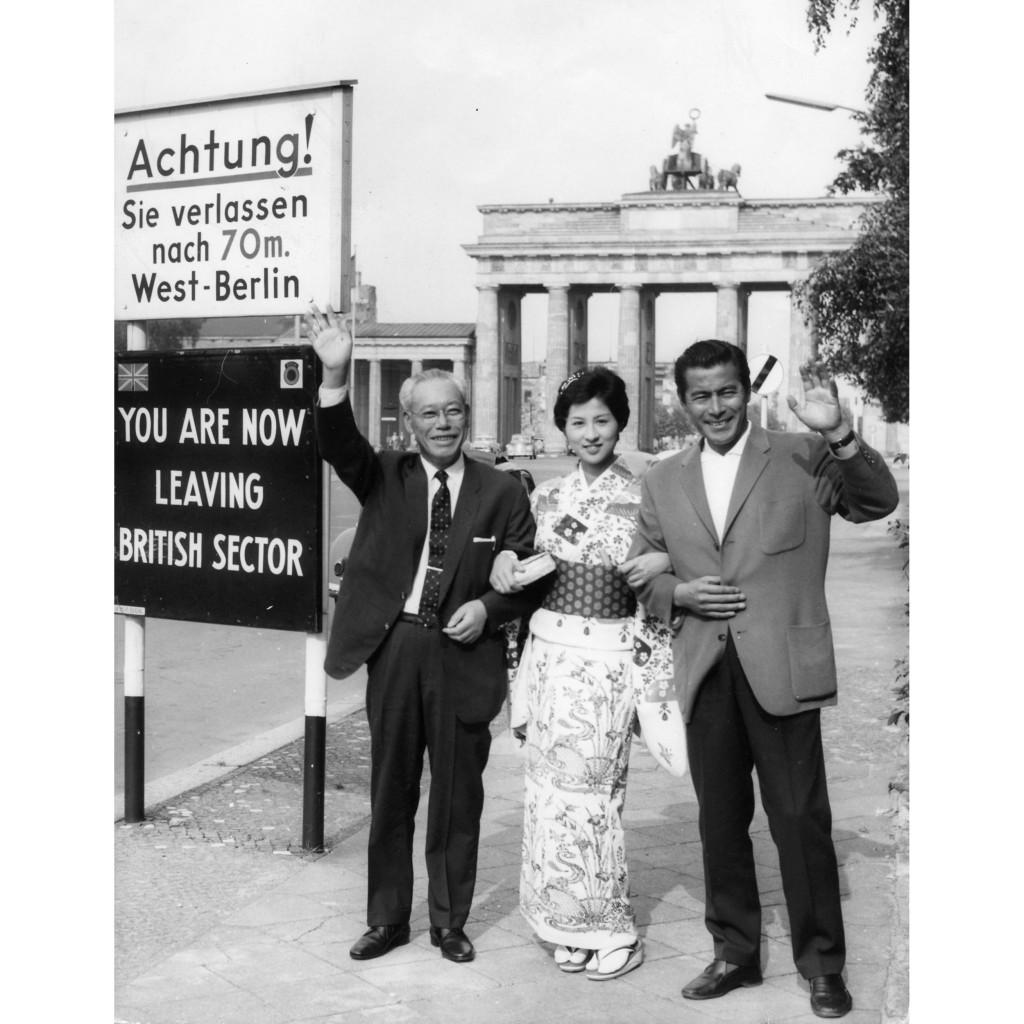 画像: ベルリン国際映画祭参加 ブランデンブルク門にて 香川京子、三船敏郎と(1961年) http://www.momat.go.jp/fc/exhibition/shimura/