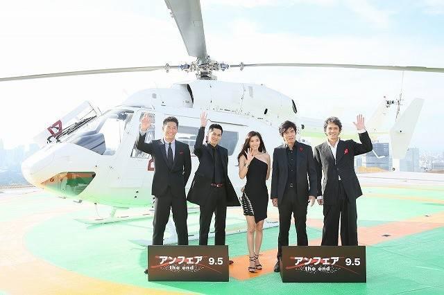 画像: なんとヘリコプターで登場のパフォーマンス http://eiga.com/news/20150818/21/
