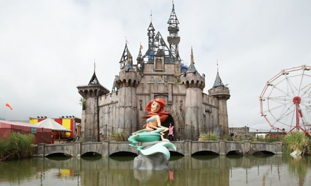 画像1: http://www.theguardian.com/artanddesign/2015/aug/20/banksy-dismaland-amusements-anarchism-weston-super-mare