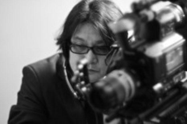 画像: 林海象監督略歴 1957年京都生まれ。 映画を独学で学び、1985年「夢みるように眠りたい」 で監督デビュー。 1990年「二十世紀少年読本」「ZIPANG」を渋谷単館劇場と東宝で同時公開。 1993年〜1995年「私立探偵 濱マイク三部作」を発表し、当時の単館系興行 記録を塗り替える。 2002年「探偵事務所5シリーズ」製作開始。 劇場版3本「楽園/失楽園」「カインとアベル」「THE CODE〜暗号」 短編50本が製作された。 2007年京都造形芸術大学で映画学科を設立、 初代学科長となる。 2013年新世紀映画「彌勒 MIROKU」を発表。 生演奏付で全国を巡業する。 2014年東北芸術工科大学 映像学科長に就任。 新作は短編映画「GOOD YEAR」(主演/ 永瀬正敏・月船さらら)。 映画革命家である。
