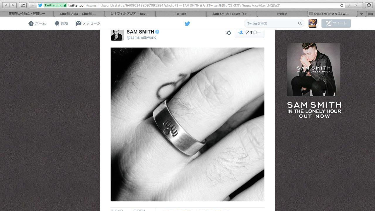画像: サム・スミスのTwitterの写真。指輪はスペクター---