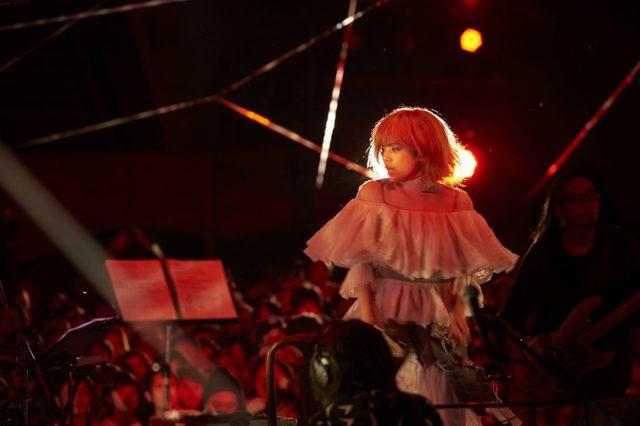 画像: 純白のドレスに身を包んだ彼女(chara)は、終始、映画の中で『スワロウテイル』で演じた主人公の、娼婦兼シンガーとして、ステージに立っていた。 『大地の芸術祭 越後妻有アートトリエンナーレ 2015』YEN TOWN BAND @NO×BUTAI produced by Takeshi Kobayashi http://t.co/8p9rjxh6lO