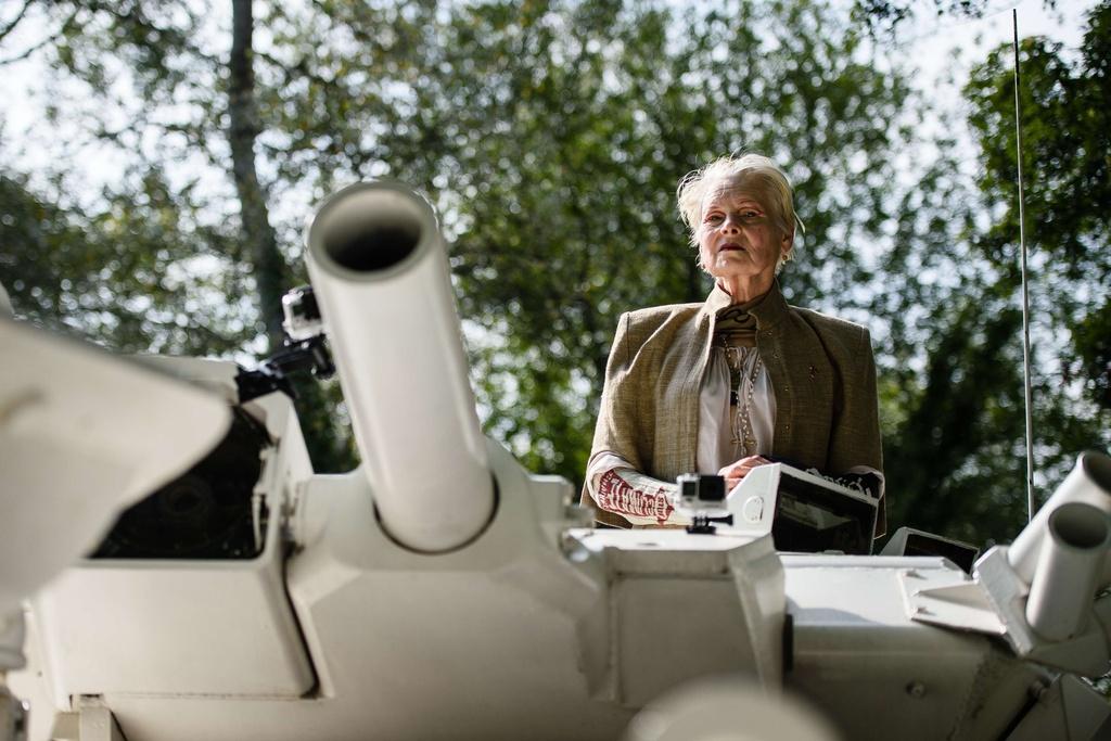 画像: V・ウエストウッド、戦車でシェールガス開発に抗議