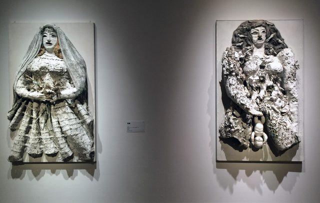 画像: 左:花嫁 1964年 塗 料 、様 々 な オ ブ ジ ェ( 布 、造 花 、麻 、金 網 な ど ) /板 180×110×35cm 個 人 蔵 、パ リ 右:白の出産、あるいはゲア 1964年 塗料、玩具、様々なオブジェ、金網/板 180×110×40cm 個人蔵 photo©cinefil