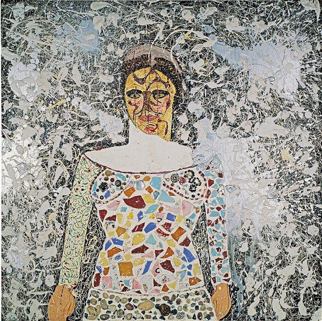 画像: 自画像 1958-59年 塗料、様々なオブジェ(小石、コーヒー豆、陶片 など)/板 141 × 141 × 10 cm ニキ芸術財団、サンティー