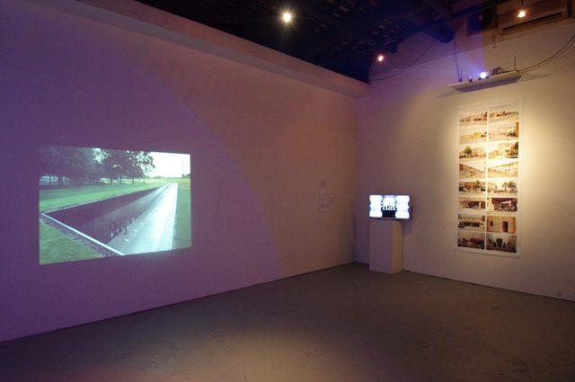 画像: 写真左-「Reconstructing a Public Sphere /公共圏の再構築」ジョン ミラー - 写真右-「Homes for America / Sigonella」フェデリコ バロネッロ、古郷卓司 - photo(C)cinefil art review