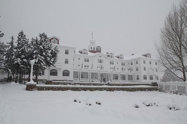画像: ホテルの冬景色 https://en.wikipedia.org/wiki/The_Stanley_Hotel