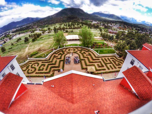 画像: 前庭にひろがる迷路 http://www.stanleyhotel.com