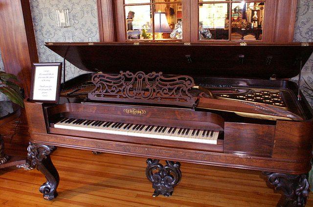 画像: アンティークなピアノ https://en.wikipedia.org/wiki/The_Stanley_Hotel