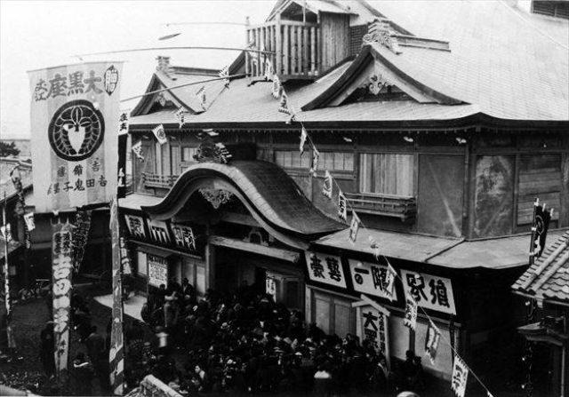 画像: 1903年頃の大黒座(広島県福山市)。この時代は芝居小屋だったという。 https://www.facebook.com/cinemanotenshi/timeline