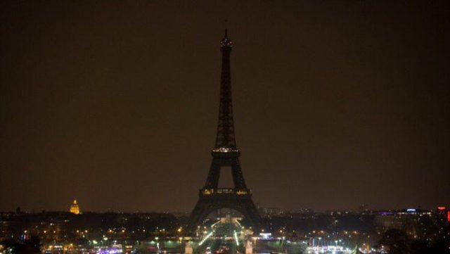 画像: 光りが消えたエッフェル塔  ツイッターより