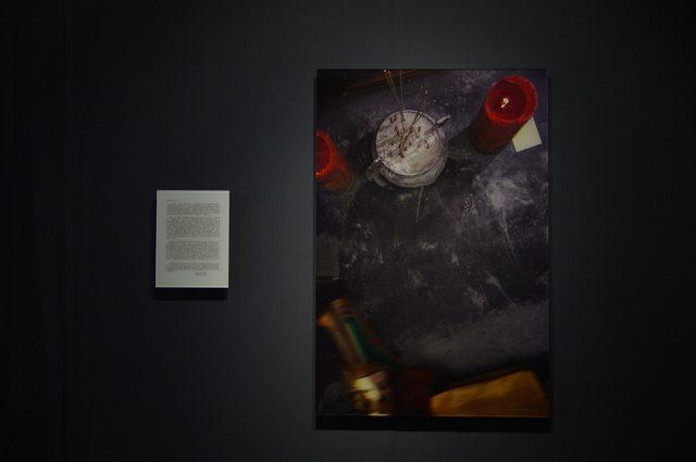 画像: 寫写真左-「鉄鋼元帥への手紙(鐵甲元帥寫字過程)」許家維 2012年 写真右-「鉄鋼元帥が字を書くプロセス(一封給鐵甲元帥的信)」許家維 2012年 - photo(C)mori hidenobu -cinefil art review