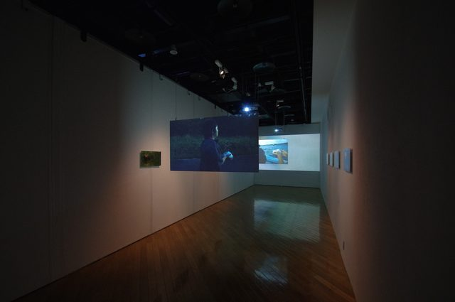 画像1: 展覧会風景- 山城知佳子 2015年追加撮影、「アーサ女」2008年 - photo(C)mori hidenobu -cinefil art review