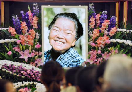 画像: 俳優平良とみさん葬儀 「日本のおばぁ」に別れ
