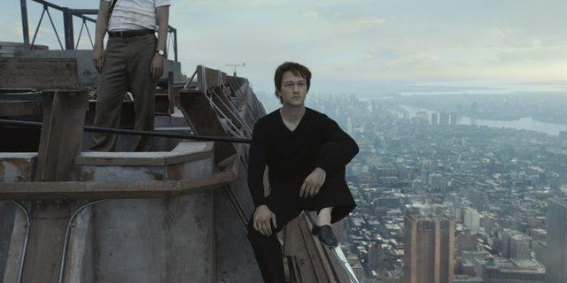 画像: 「貿易センタービルの存在はともすれば悲劇とともに語られてしまうが、 本当はかつての美しかったNYの姿の中で我々の心に残っているはず。それをもう一度思い出して欲しい。」 -監督 ロバート・ゼメキス 「入念な準備を重ねて、ついにワイヤーに最初の1歩を踏み出した瞬間の高揚感、それがフィリップの生きがいなんだ。」 ―ジョセフ・ゴードン=レヴィット 「僕のパフォーマンスを見た人たちから、『自分も夢をかなえられる。山を動かせるという気持ちになった』と言われる。 これは完璧さの探求とアートに対する敬意の物語なんだ。」 -フィリップ・プティ(モデルとなった実在の人物)