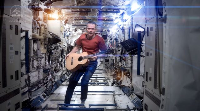 "画像: The perfect tribute to David Bowie: an astronaut playing ""Space Oddity"" in space"